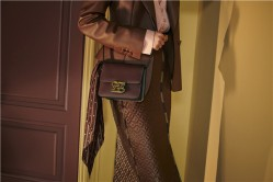 FENDI 推出全新Karligraphy手袋 向Karl Lagerfeld致敬