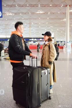 妻子的浪漫旅行开拍 现身机场气色好!