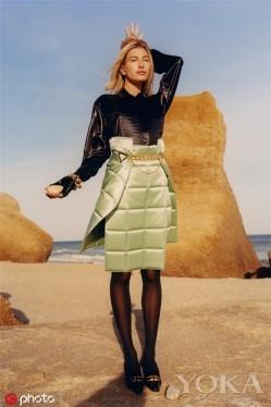 自带高级感的缎面迷笛裙 秋天穿美得刚刚好