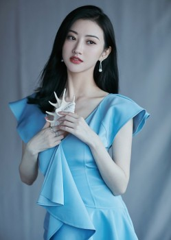 景甜淡蓝色连衣裙造型亮相,简直是人间富贵花!