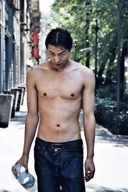 中国男模李振米兰街头的湿身诱惑 你扛得住吗?