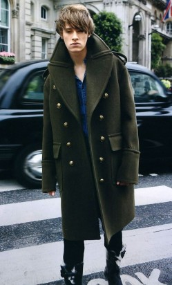 想让冬季造型更显帅气?来件军装风外套吧!