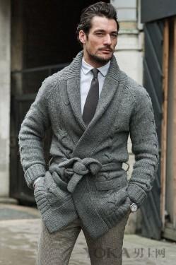 博主、潮人出街示范 青果领毛衣内搭外穿更考究
