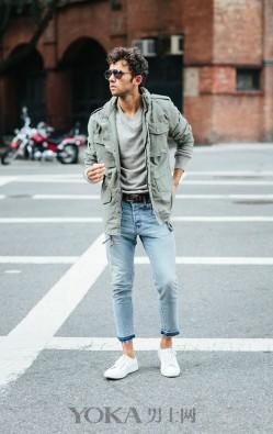 用基础的牛仔裤+运动鞋 就能打造出多种穿搭风格