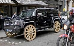 街头行为艺术 当悍马H3遭遇木头车轮
