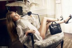 出柜超模卡拉-迪瓦伊写真 白纱短裙展修长美腿(3)