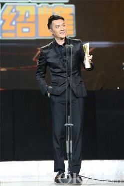冯绍峰获年度先生 调侃自己因电影而沧桑(2)