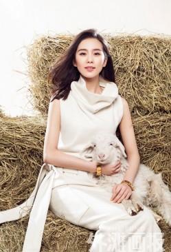 刘诗诗卧薪浅笑 爱抚小羊秀美背(3)