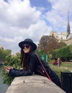 秦岚拜访巴黎圣母院 花神咖啡馆品下午茶