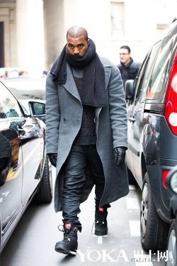 穿灰色大衣的都是有型美男 保暖时髦两不误(2)