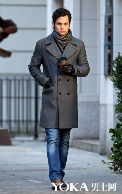 穿灰色大衣的都是有型美男 保暖时髦两不误(3)