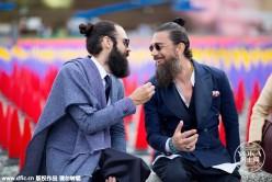 佛罗伦萨秀场外石凳上的那群浪漫男人(3)