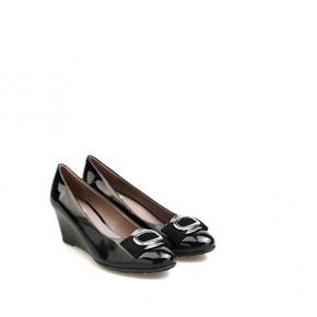 女士金属修饰漆皮坡跟鞋
