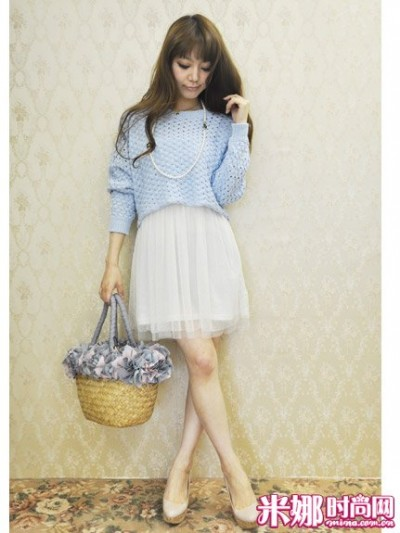 蓝色毛衣搭配白色纱裙