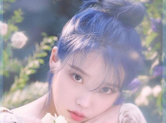 IU新专封面释出,蓝发碎花裙仙气十足