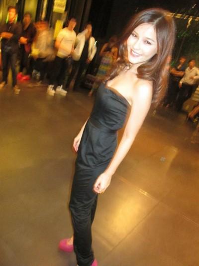 泰国最红女星Aomiz私下服装搭配 亦御姐亦萝莉(图1)