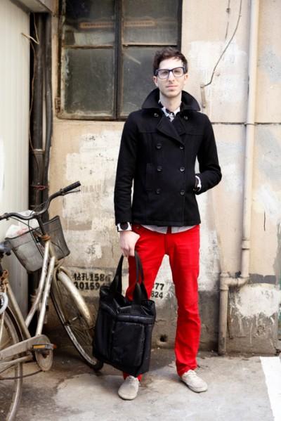 黑外套配红裤子