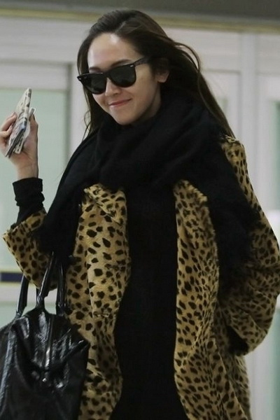 豹纹大外套配黑围巾,超有气场