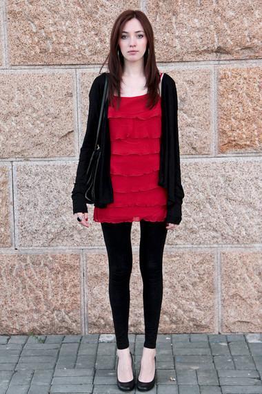 红色荷叶边小裙子搭配黑色打底裤与开衫