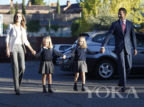 西班牙小公主在王储夫妇的陪伴下