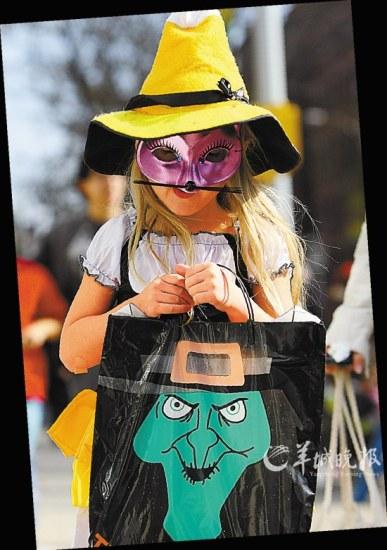 孩子们会身穿万圣节服装,戴上千奇百怪的面具,走家串户向大人