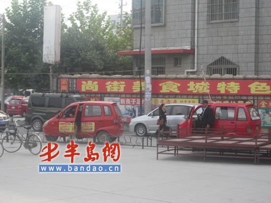 鑫翼出租 的出租车停靠在平度市汽车站大厅外排队拉客高清图片