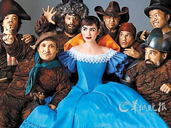 《魔镜魔镜》中的白雪公主与小矮人-魔镜魔镜,两个王后谁更美 组图