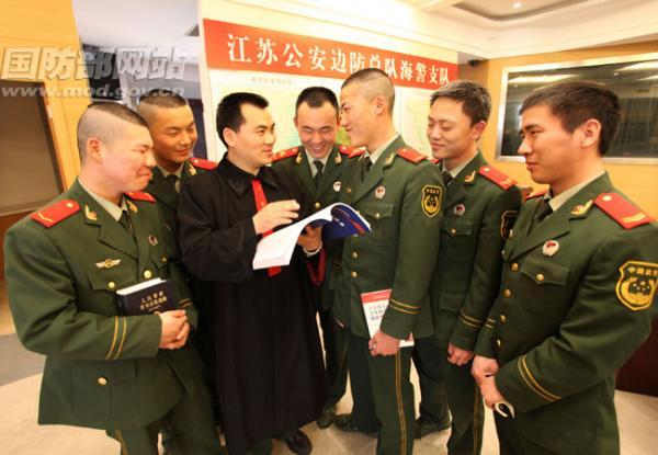 江苏公安边防总队海警支队基层官兵正在舰艇