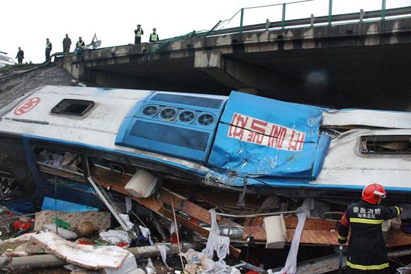 峰县境内坠桥的大客车.-沪昆高速湖南境内 大巴翻车致5死30多伤