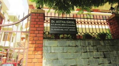 华西都市报记者在德里印度门前.   印度一户人家门前的铭...