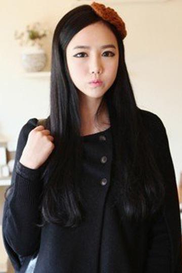 黑色的长发展现出女生清纯的性格,两侧刘海挽在耳后,令精致的图片